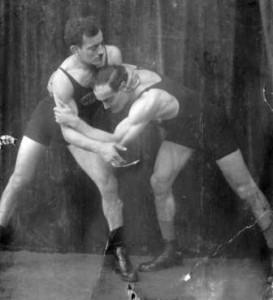 Die Brüder Julius und Hermann Baruch, in den 20-er Jahren bekannte Sportler, stellen einen Ringkampf für den Fotograf.
