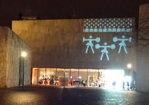 Während der Eröffnungsnacht wurde die Fassade des Jüdischen Museums München abwechselnd mit Bilder der verschiedenen Sportarten beleuchtet, die in der Ausstellung gezeigt werden.