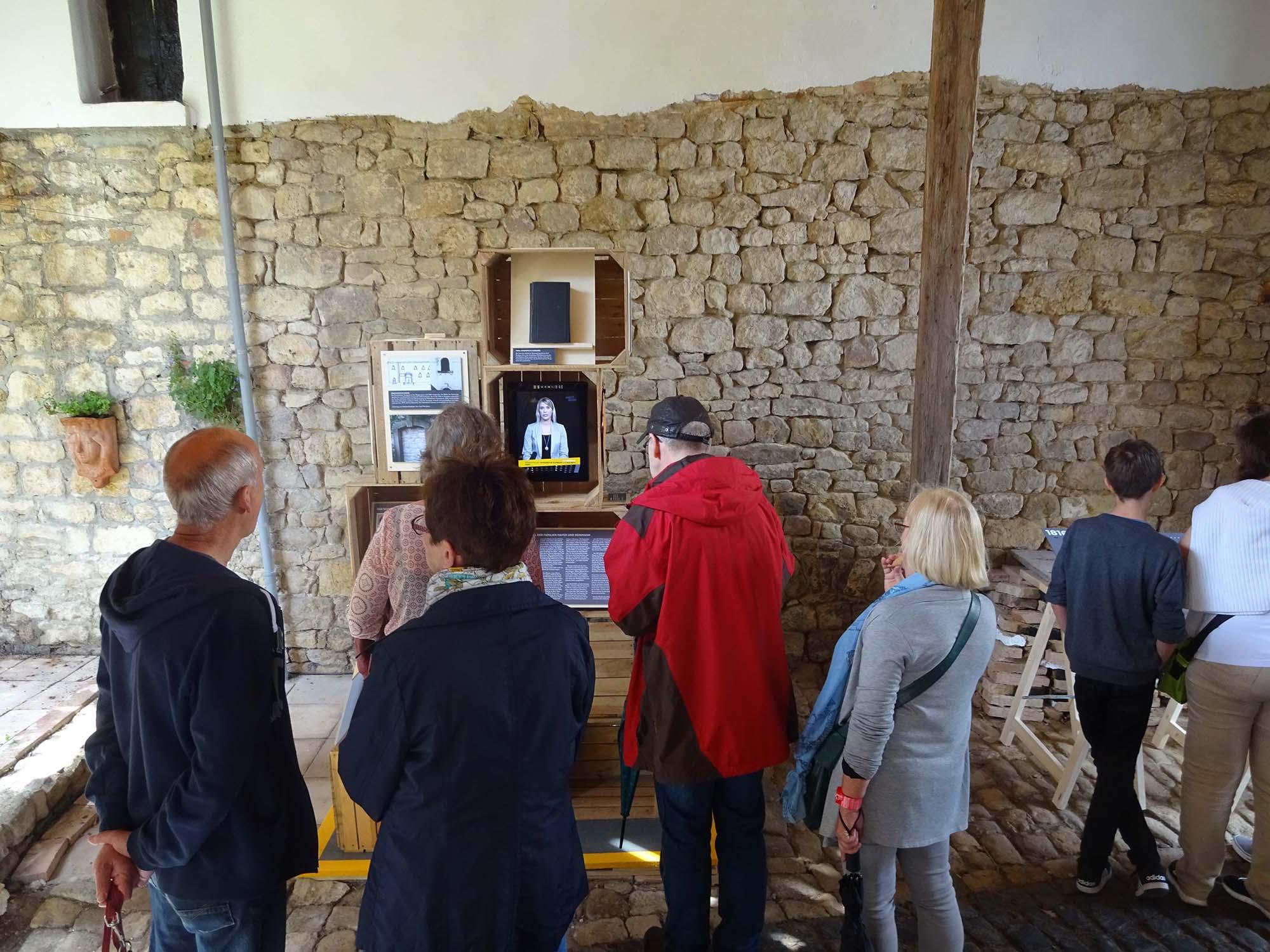 Besucher der Ausstellung