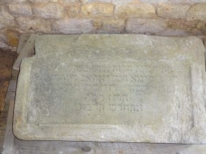 Die Tafel stammt von der Essenheimer Synagoge